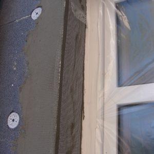 Hjørnevinkler sat på vindueskarmen samt dyvler og folie op vinduer